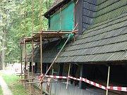 Dřevěný kostelík v Gutech v době opravy.