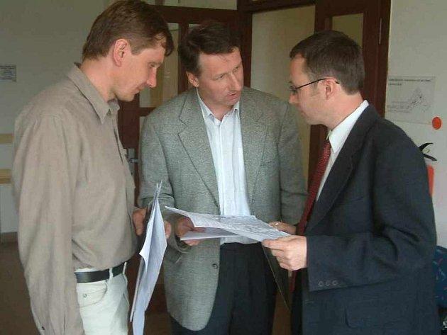 Ekologové Daniel Zwyrtek (vpravo) a Petr Lindovský (uprostřed) diskutují nad plánem silnice vedoucí přes Nebory.