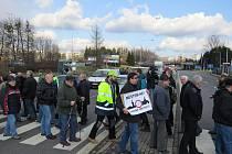 Lidé ve městě blokovali před třemi lety silniční průtah, aby urychlili plánovanou výstavbu obchvatu.