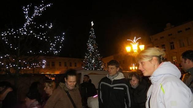 Na místeckém náměstí Svobody se v pátek 28. listopadu uskutečnila tradiční akce, během které se slavnostně rozsvítil nejen vánoční strom, ale i celá výzdoba ve městě.