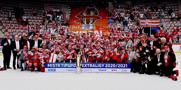 ŠAMPIONI! Hokejisté Třince porazili ve včerejším pátém zápase finále play-off extraligy Liberec 3:0 a potřetí vklubové historii získali mistrovský titul. Oceláři vybojovali Masarykův pohár podruhé za sebou. Také vroce 2019porazili ve finále Liberec, v