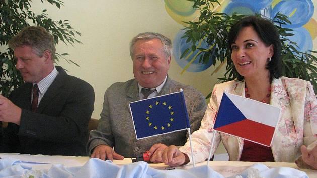 Starostové Věra Palkovská, Rudolf Bilko a Ladislav Olšar při srpnovém podpisu smluv k revitalizaci řeky Olše. Do problémů se nyní dostal úsek na Jablunkovsku.