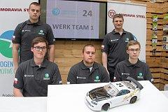 Členové vítězného týmu si sami před závodem museli auto upravit tak, aby dobíjelo baterii při šestihodinovém závodu.