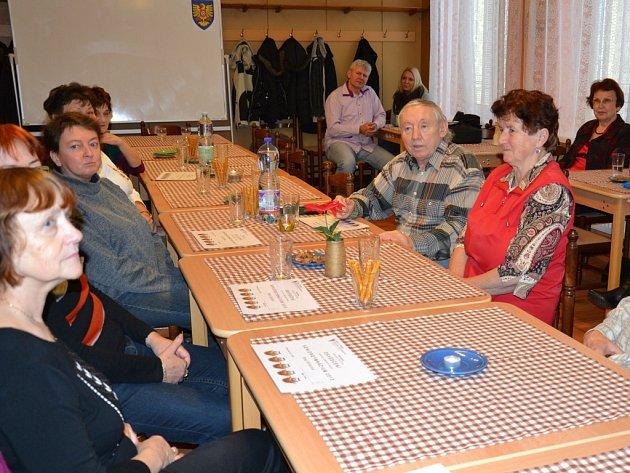 Osvědčení posluchači převzali v třineckém Klubu seniorů.