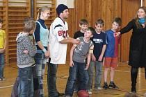 Hráč první ligy amerického fotbalu v USA David Anderson přijel v pátek 5. března do Kunčic pod Ondřejníkem, odkud pochází jeho pradědeček. Žákům místní základní školy ukázal základy tohoho sportu.