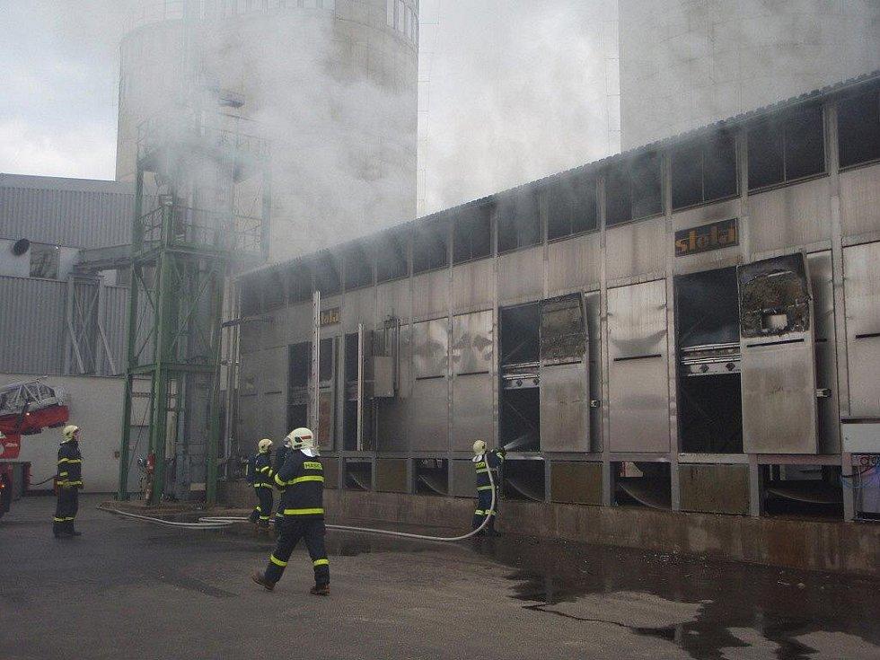 Požár v sušárně pilin ve Staříči.