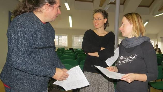 Před zkouškou v budově místeckého gymnázia diskutovali: Pavel Býma, Jana Kopidolová a Michaela Hrtúsová (zleva).