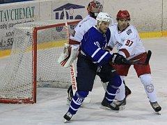 Hokejisté Frýdku-Místku (v bílém) potvrdili na ledě nedalekého Nového Jičína roli favorita a nad domácím týmem zvítězili rozdílem tří branek.
