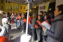 Místecké náměstí Svobody hostilo ve středu večer akci Deníku Česko zpívá koledy.