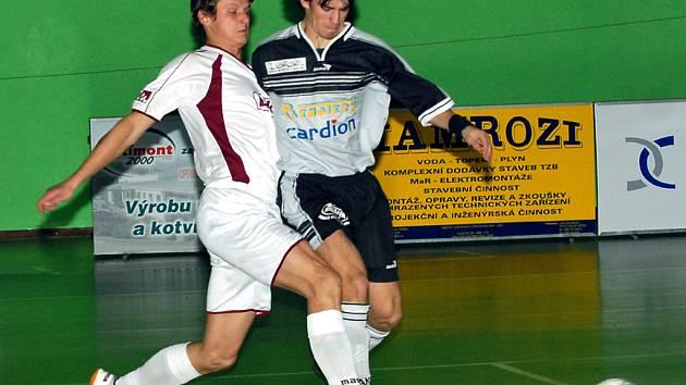 TŘINEC NEDOSTAL BRANKU. Futsalisté Třince porazili v domácím prostředí hráče Brna o pět branek. Na snímku bojuje Rostislav Franek (ve světlém) o míč s brněnským Hoffmannem.