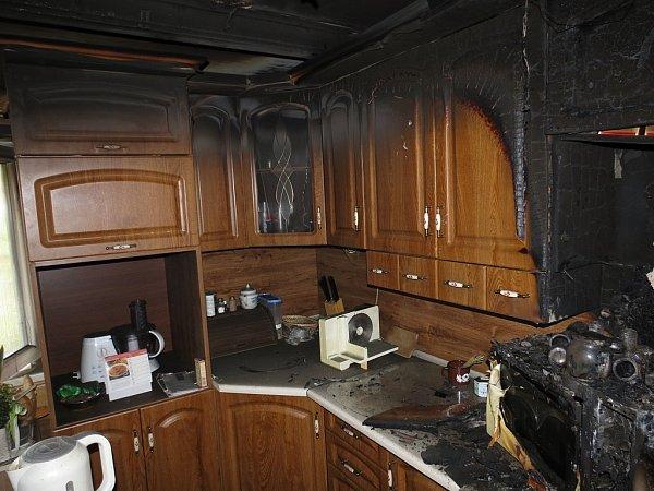 Čtyři jednotky hasičů zasahovaly vpondělí 19.listopadu vTřanovicích upožáru vkuchyni prvního patra rodinného domu. Hlavně kouř poškodil vybavení celého podkroví za 300tisíc korun a zřejmě měl na svědomí iživot jezevčíka.