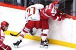Oceláři (v červeném) na závěr přípravy prohráli s Olomoucí v prodloužení.