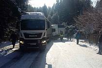 Uvízlý kamion na silnici I/56 u přehrady Šance.
