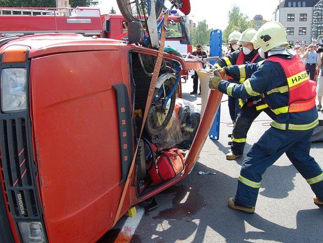 Třinečtí hasiči předvádějí vyprošťování řidičky z havarovaného auta na Dni IZS v Třinci.