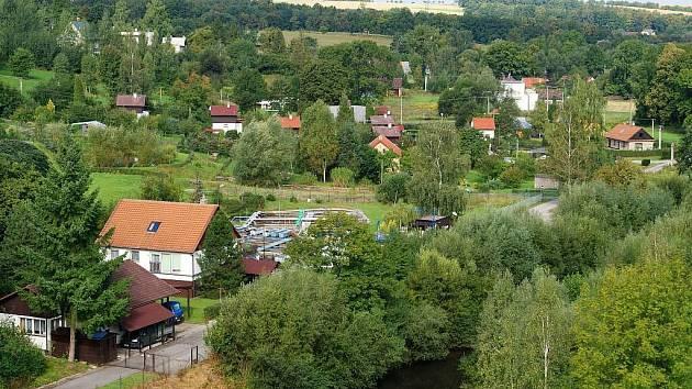 Pohled z hráze na část obce.