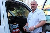 Řidič sanitky Martin Kučera ukazuje defibrilátor.