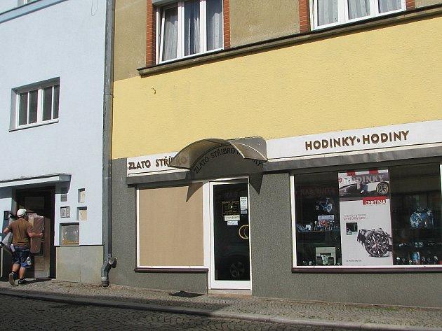 Zloděj vyloupil klenotnictví v Radniční ulici ve Frýdku-Místku. Zanechal po sobě rozbitou výlohu.