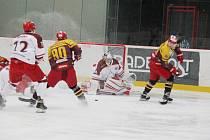 Hokejisté Frýdku-Místku (v bílém) podlehli v dohrávaném utkání 37. kola WSM ligy Jihlavě 3:4 po prodloužení.