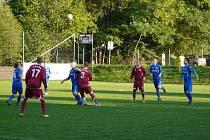 Fotbalisté Dobratic (v modrém) si na svém trávníku poradili s Bystřicí 1:0.