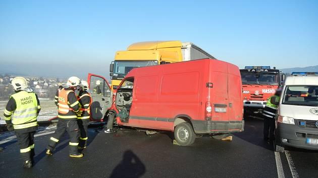 Silnici z Třince na Slovensko zablokovala hromadná nehoda.