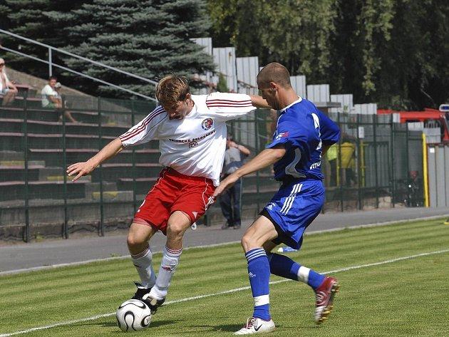 Třinecký Jakub Pindor (v bílém) proniká přes vítkovického Hromkoviče.