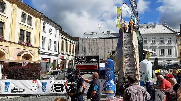 Snímky z frenštátského náměstí, kde je tradiční cíl Beskydské sedmičky.