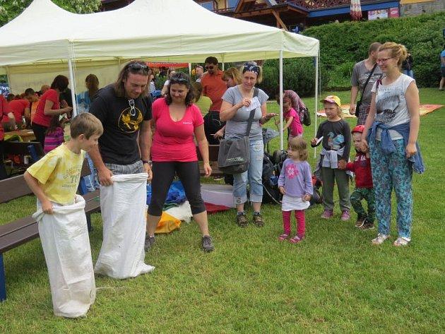Den dětí pod Lysou horou přilákal v sobotu do areálu ostravického penzionu Sluníčko stovky malých i velkých návštěvníků.
