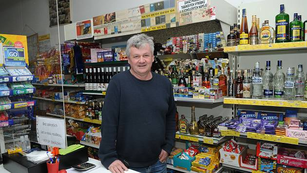 Mojmír Stachovec provozuje pultový obchod v Horních Tošanovicích nepřetržitě od roku 2000.