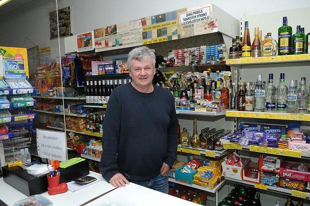 Mojmír Stachovec provozuje pultový obchod vHorních Tošanovicích nepřetržitě od roku 2000.