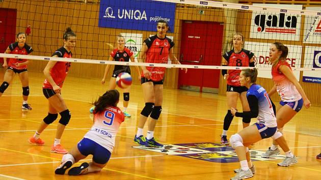 V úvodním čtvrtfinále Českého poháru žen se z výhry 3:1 radovaly volejbalisty TJ Ostrava (v červeném).