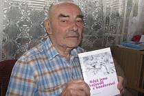 Bohuslav Koláček s knížkou Když jsme bojovali s banderovci.