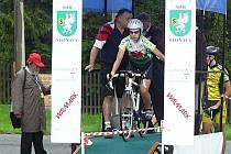 NA STARTOVNÍ RAMPU Stonavské časovky, která byla dvanáctým závodem SPAC 2010,  se postavilo 105 cyklistů.