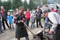 Jarmark na chatě Studeničné v sobotu přilákal stovky návštěvníků, a to nejen z Jablunkovska. Bavil je folklor, pochutnali si na místních specialitách a obdivovali například práci zručného kováře.