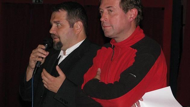 Roman Bujok (na archivním snímku vpravo) tvrdí, že postup firmy CPI je na hraně zákona a dobrých mravů. Vlevo právní zástupce sdružení OSBT.