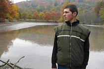 František Škuta z Kozlovic u rybníku v hukvaldské oboře.