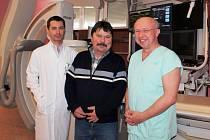 Pacient Antonín Černota s lékaři třinecké nemocnice.