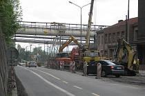 Ilustrační foto. Nádražní ulice v Třinci se loni proměnila v jedno velké staveniště. Na současném neutěšeném stavu příjezdové komunikace se letos podepsal i zvýšený provoz těžké nákladní dopravy, důvodem byla oprava mostu na silnici I/11 v Neborech.