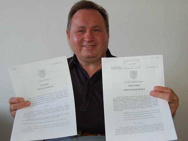 Břetislav Bednář ukazuje rozsudky.