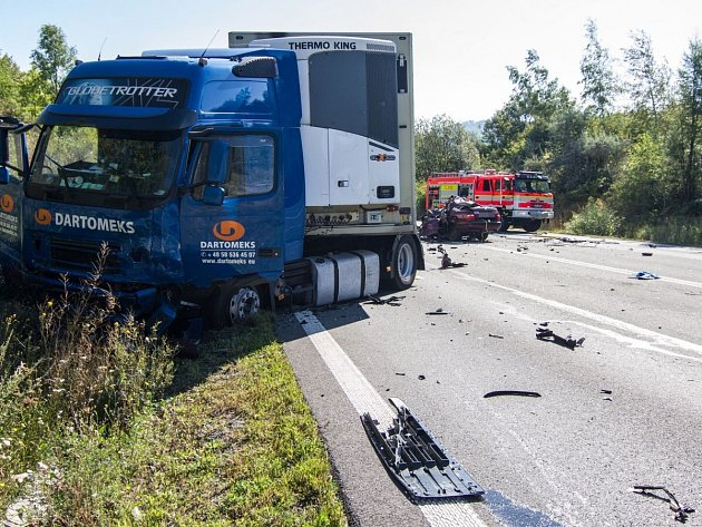 Tragická nehoda zastavila provoz na silnici u Rychaltic. Na místě zasahovaly i dvě jednotky hasičů.