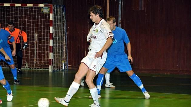 V předposledním 19. kole zvítězili třinečtí futsalisté doma nad Slavií Havířov 4:2. Na snímku domácí Jiří Topiarz sledován havířovskou obranou.