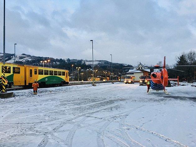 Zdravotní záchranáři zasahovali vneděli ráno na nádraží ve Frýdlantu nad Ostravicí, kde se motorový vlak střetl střiašedesátiletou ženou.