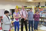 """Knihkupectví Kapitola v Místku zahájilo v pondělí výstavu """"Náš barevný svět"""". Svá díla zájemcům představuje šest klientů Žirafy – Integrovaného centra Frýdek-Místek, kteří navštěvují výtvarný kroužek. """"Obrázky zvířat a ptáků vznikaly v průběhu dvou let,"""""""