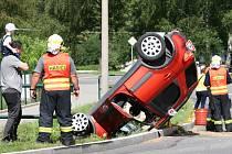 Na rovném – podle místních k rychlé jízdě svádějícím – úseku před obcí nezvládl řízení šofér (66) ve voze značky Suzuki.