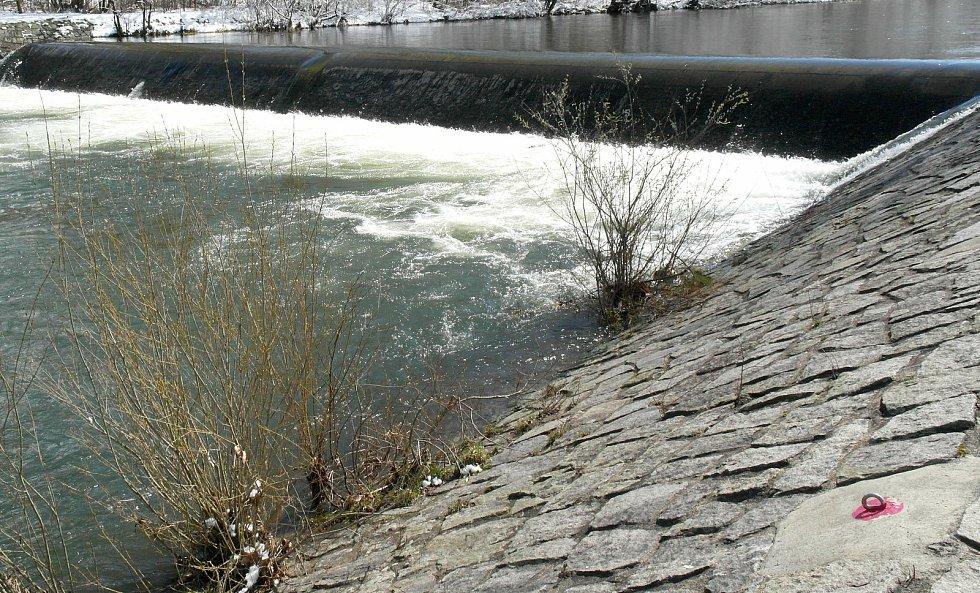 Kdoví, jak by to v pátek odpoledne u řeky Ostravice ve Frýdlantě dopadlo, kdyby odtud nemizely záchranné podkovy?