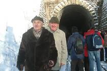 Antonín Drong (vlevo) vychází z tunelu, který železničáři zpřístupnili veřejnosti.