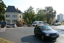 Nový kruhový objezd na křižovatce ulic Slezská a Staroměstská ve Frýdku by měl po dokončení zvýšit bezpečnost a zjednodušit dopravu v těchto místech.