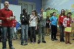 Vědomostní soutěž dětí s názvem Křížem krážem Slezskou bránou. Na snímku vítězná družstva ZŠ Šenov (2. stupeň) a ZŠ Žabeň (1. stupeň).