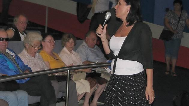 """Besedu """"moderovala"""" starostka Věra Palkovská, která musela už v úvodu tlumit vášně v publiku."""