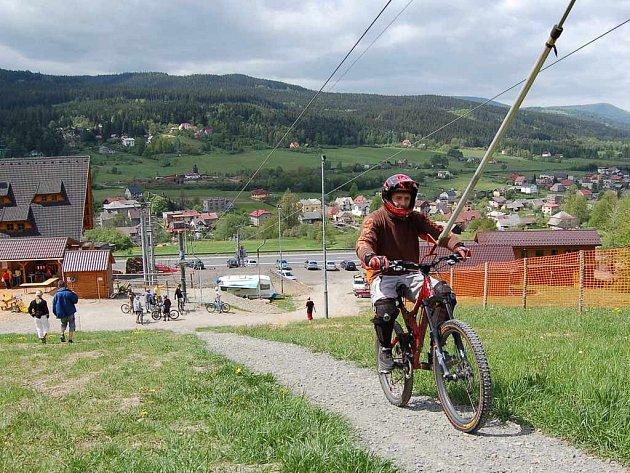 Ve Ski areálu v Mostech u Jablunkova si na své příjdou jak zdatní sportovci, tak i ti úplní začátečníci a malé děti.