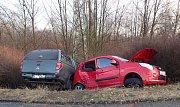 Dvě osoby museli vyprostit hasiči po vážné dopravní nehodě, která se stala v sobotu 6. ledna odpoledne v obci Paskov.